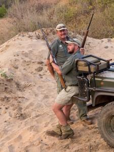 In Makalali lopen gevaarlijke dieren, dus mogen we niet onbewapend te voet