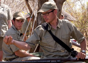 Ik mag het geweer van Trevor schoonmaken terwijl Vic toekijkt