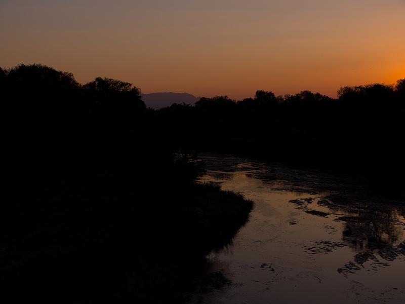Zonsondergang op de Mahkutswi-rivier