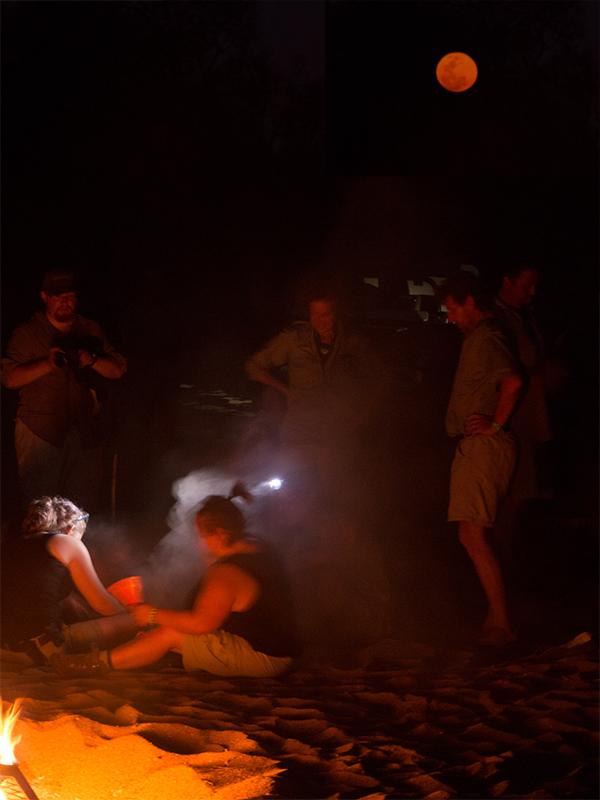 De dames proberen (nog steeds) met de hand vuur te maken