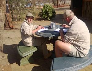 Vic (l) en Sean (r) tijdens het examen van vanmorgen