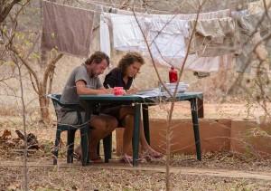 Ben en Tina op hun vaste plek in de tuin; zoals iedereen geconcentreerd aan het werk