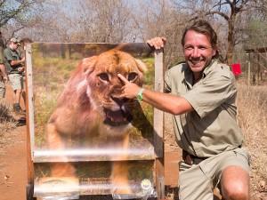 Ben poseert trots bij zijn perfect geraakte leeuw