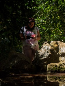 Lia neemt een foto in de botanische tuin