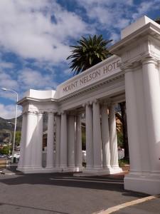 De ingang van het Mount Nelson Hotel