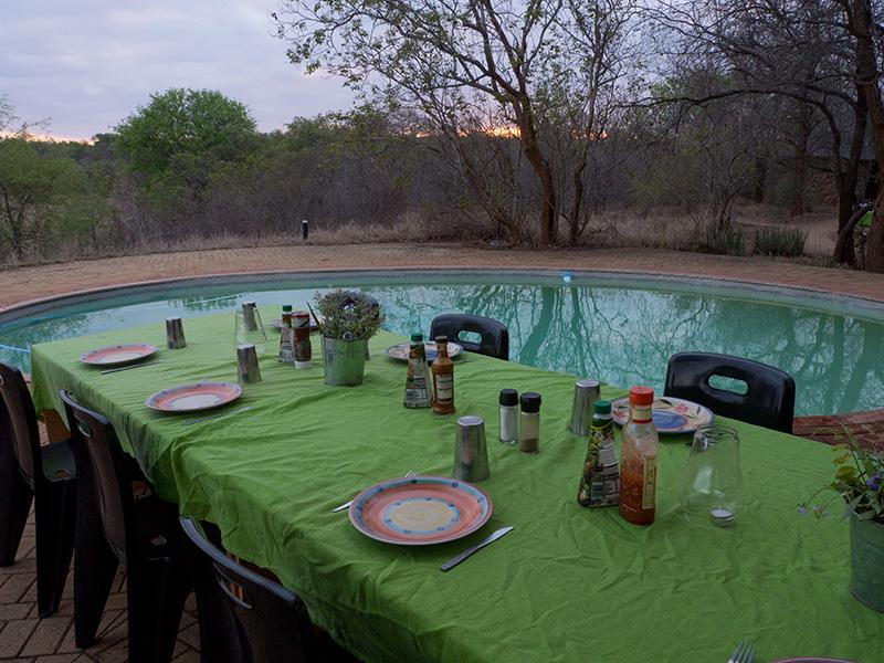 Dinertafel aan het zwembad
