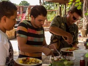 Lawrence, CJ en Cobus scheppen op aan het buffet