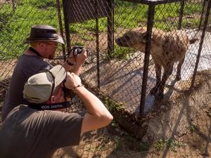 Ash en James 'up close and personal' met een Hyena