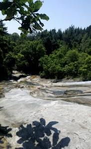 Dit water loopt in eens troomversnelling naar beneden; levensgevaarlijk vanwege de steile 'drop' verderop