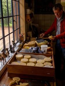 Eigenaar Nipper snijdt voor ons de kaas aan