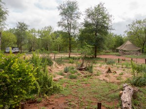 Links de caravan van Iris en rechts het voormalige krachthonk. Cobus' tuin in aanbouw in de voorgrond